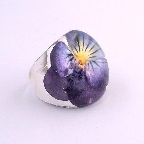 кольцо из эпоксидной смолы и живых цветов
