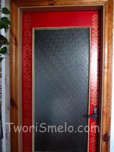 декор дверей с помощью трафарета